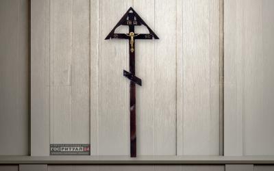 Крест «Классика сосна с крышей и распятием»